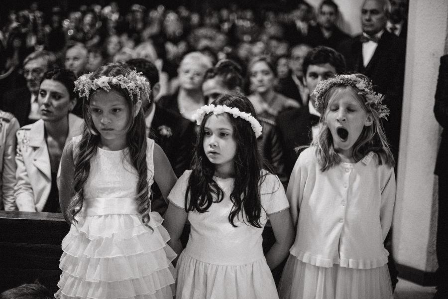 fotografia de casamientos - niños en iglesia - fotografía documental de bodas